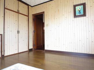 自然の木が使われた壁に埋め込まれた収納はお部屋を広くスッキリ