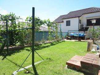 日当たりの良い庭の一角にはプチトマト等の野菜やお花等家庭菜園もできるスペースがあります。ブランコや滑り台等の遊具を置くのも、バーベキューをするのも良いですね。