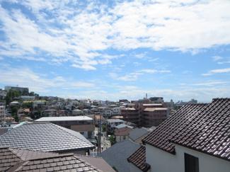 晴れた日にはきれいな青空と家々が見えます。