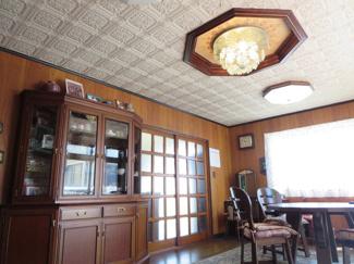 光が差し込む明るいダイニングです。天井にはおしゃれなクロスと8角形のシーリング飾り付き
