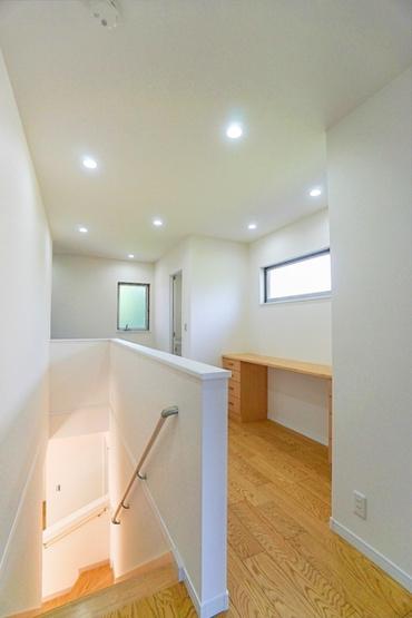 廊下には大きな窓と、カウンターがあります。 カウンター下を収納として使用したり、カウンターに飾り物をおいたりなど 使い方は様々です♪