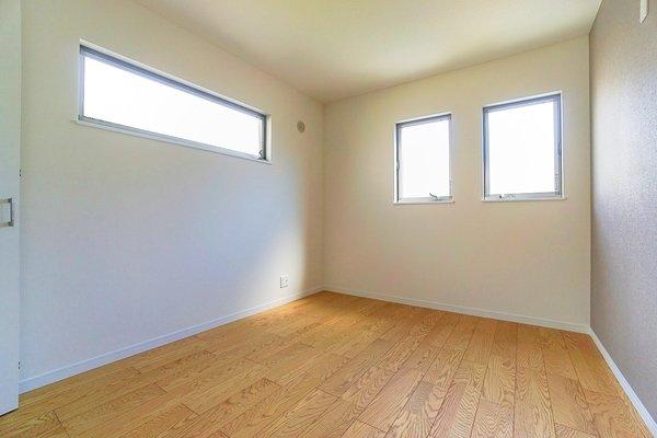 二面採光の明るいお部屋となっております。 落ち着きのある洋室です!