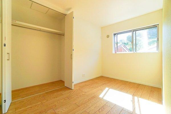明るい洋室には、大きなクローゼットもあるので収納にも困りません! 荷物が多いい方にも安心です。
