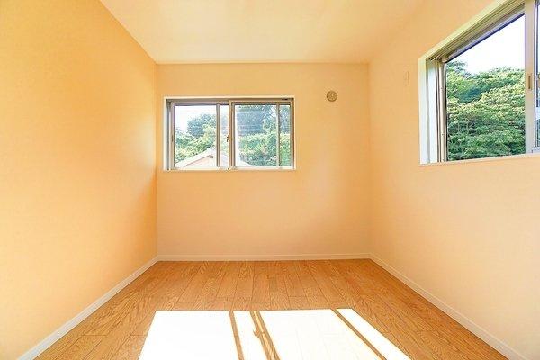 寝室にしてもよし、勉強部屋にしてもよしの明るい洋室 落ち着きのある空間♪