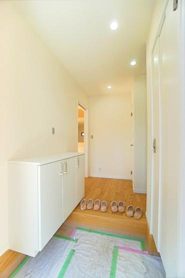 ドアを開けた瞬間、明るい開放的な玄関が迎え入れてくれます。 この玄関は帰りたくなりますね。