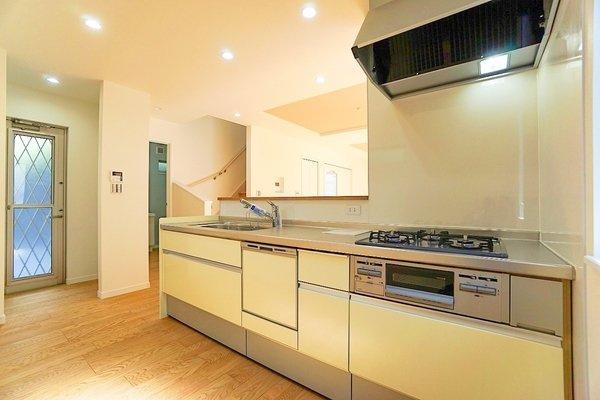 充実の設備がついたお洒落なキッチン。 食洗器付きなのは家事の負担を軽減してくれる嬉しいポイント。 新品のキッチンは気持ちが良いですね!
