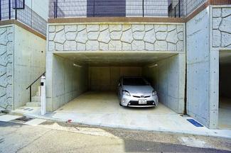 地下車庫が愛車を守ってくれます。 2台駐車可能です。(車種による) 車以外にも趣味のものなども置いておくことが出来ます!
