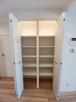 第三稲毛ハイツ26棟 リビング部分の収納です!収納が豊富なので居住スペースを広くご活用できます!