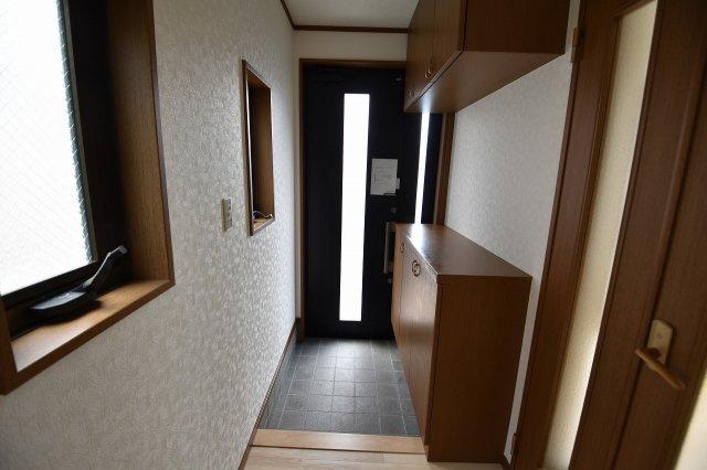 ゆったりとした明るい玄関にはシューズボックスを設置済。