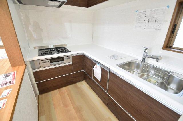 交換済みのキッチンは、開放感もある使いやすさを追求したシステムキッチンで、ビルトイン食洗器や魚焼きグリルなど設備も充実しています。