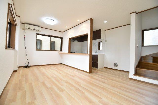 LDK14.1帖の空間は家族の集まる団らんスペース、明り取りの窓からからも光の集まる陽だまりの空間です。
