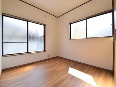 2面採光でお部屋の隅々まで明るい印象の居室。おひさまの光を、爽やかな風をたっぷりと取り込めます。