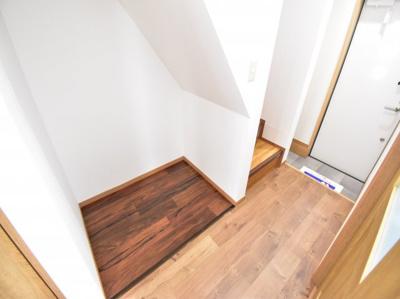 細かい部分にもこだわりを。無駄なスペースを有効活用できるように階段下にはマルチスペースを造作。