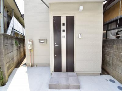 家の顔となる玄関こそ高いデザイン性を。ピッキング対策のセキュリティサムターン等、防犯対策も考慮。