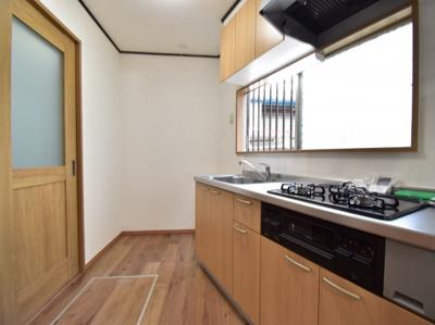 水回りを1階に集め、家事効率を高めるコンパクトな動線を実現。大きな窓で換気もでき臭いもこもりません。