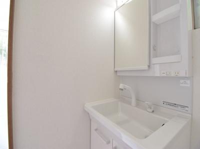 白で統一された清潔感溢れる洗面化粧台。スッキリまとまり機能性と美しさを兼ね備え、毎日快適に使えます。