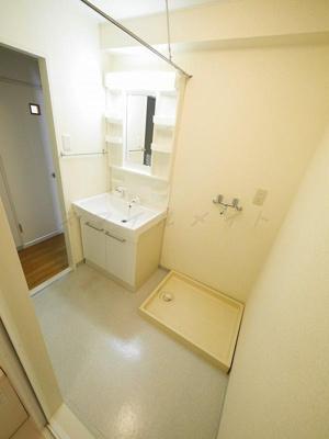 脱衣所には洗面台と洗濯機置き場