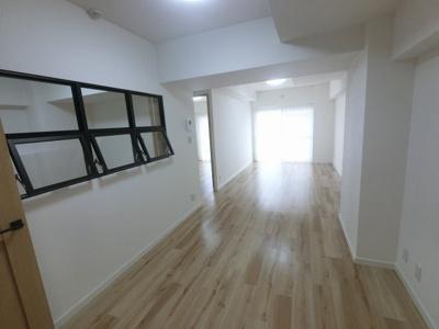 16.4帖のリビングは南西向きバルコニーに面しており日当たり・風通し◎ 壁付けタイプのキッチンでお部屋を広くお使いできます。