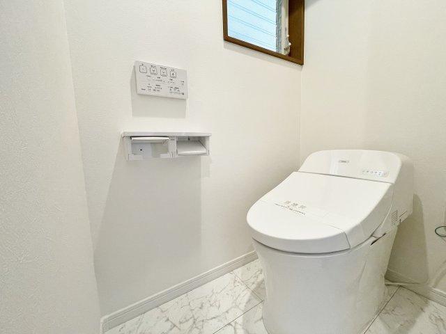 トイレは2ヶ所設置、換気用小窓もあり、明るく清潔な空間です