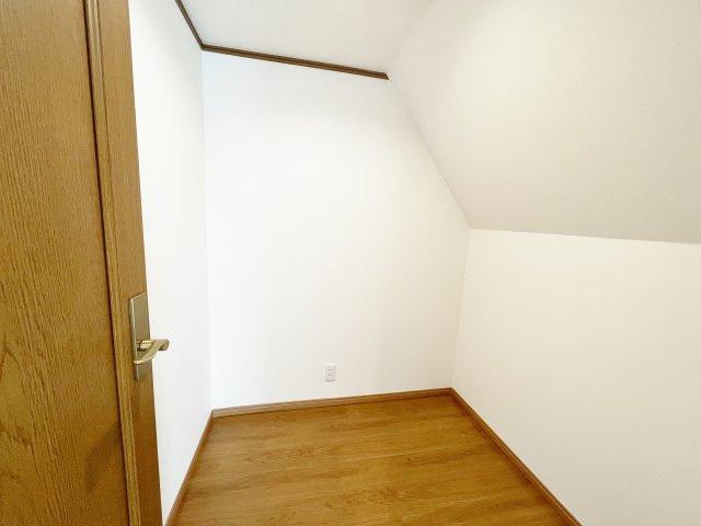 3階6.5帖の洋室にはたっぷりの収納力を備えたウォークインクローゼットございます