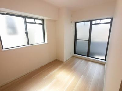 5.8帖の洋室です。 子供部屋やワークスペースとしても活用できます。