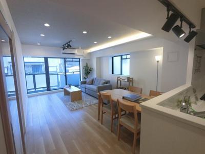 5.4帖のリビングは2面採光で日当たり・風通し◎ ダイニングテーブルやソファー、ローテーブルなどの家具もしっかりと配置できます。