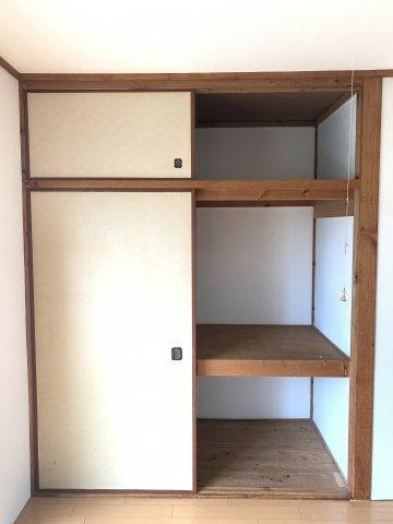 洋室には大きな押入れで収納に困りません。