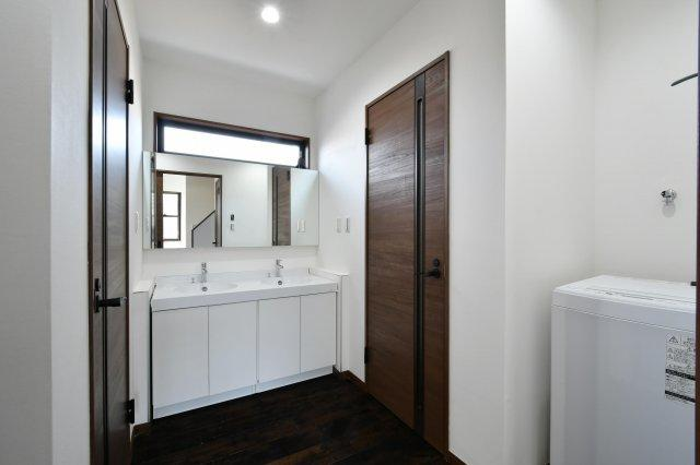洗面所は窓があり、明るく清潔です。洗面ボールが2か所付いていますので、忙しい朝には便利にご利用可能で