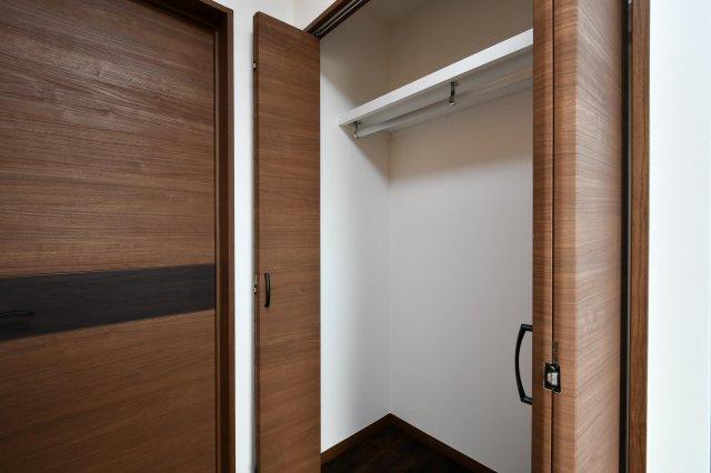 各お部屋には畳1枚分の収納スペースが付いています。洋服もたっぷり収納可能です