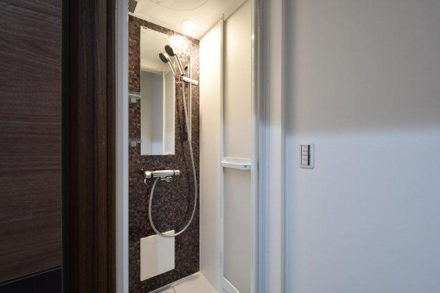シャワールームは清潔で使いやすい大きさです。洗面脱衣も付いており、鍵が係りますので安心して利用出来ま