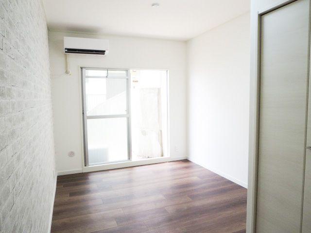 玄関前の6.5帖の洋室。各部屋にはクローゼットを完備しています!収納が多いお家はすっきりして快適空間です♪
