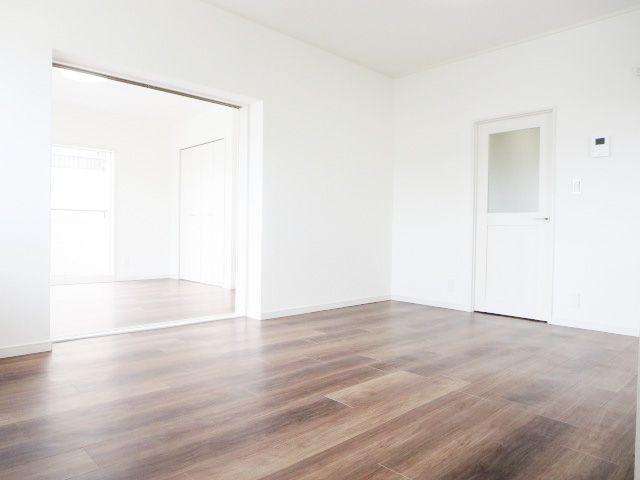 7月にリフォーム完成しました☆彡ナチュラルな雰囲気漂う明るいリビング♪壁は白で統一されてますので、なにか飾ると映えますよ♪