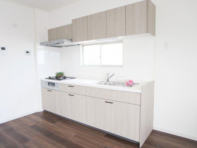 使い勝手のいい新品キッチンで楽しくお料理♪壁面キッチンなのでリビングがスッキリ見渡せますね