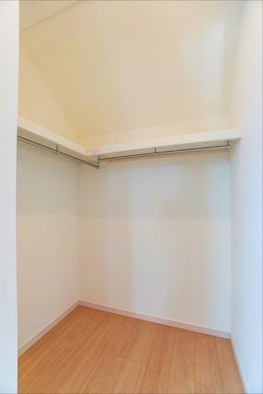 同仕様のウォークインクローゼットになります。 大容量の収納力でお部屋をスッキリと保てます。