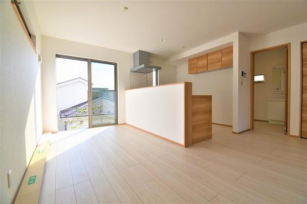 家具の配置がしやすい形の良いLDK! 窓からの日差しがうれしいです。