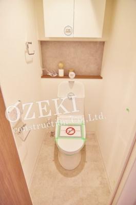 使い勝手の良い棚と戸棚付きのシャワートイレも新規交換しました♪