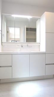 清潔感あふれる三面鏡付き洗面台