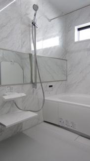 明るく広々とした浴室