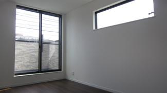 採光窓が特徴的な主寝室