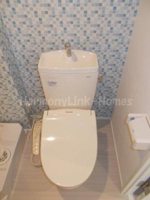 ハーモニーテラス堀切の落ち着いた色調のトイレです