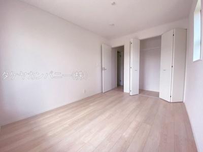 全室2面採光で過ごしやすいプレイベート空間3部屋を確保。主寝室は7帖以上になっています。シンプルな色合いで使いやすい広さになっています。