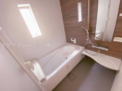 (同仕様写真)バスユニット1坪タイプ、浴室乾燥機、手すり付き。半身浴の出来る浴槽なので1日の疲れもリフレッシュできます!防カビ抗菌素材なのもうれしいポイント。広々浴室で、毎日のバスタイムが充実しますね