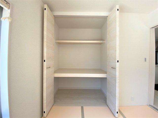 天井高シューズクロゼット。履物だけでなく、アウトドア用品や子どもの部活道具なども収納できます。