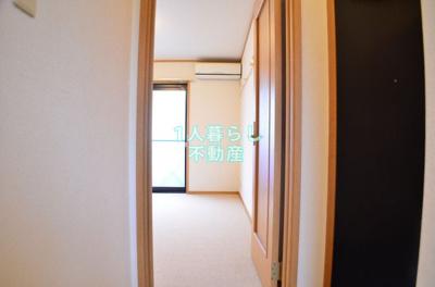 玄関からお部屋です