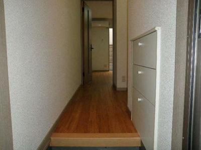 玄関からお部屋に向けて