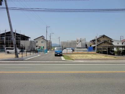 県道嘉島甲佐線からの分譲地入口です