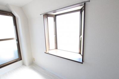 出窓もあって、明るい室内です!
