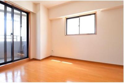 ◇13.7帖の広々LDKは陽当たり良好♪キッチン、洋室2部屋全てに接しています!