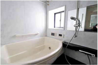 ◇テレビ付きの広い浴槽に浸かりながらリラックスできます♪