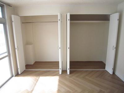 洋室7.5帖のお部屋にあるクローゼット(左)と収納スペース(右)です!高さがある収納スペースでかさ張るお荷物もすっきり!2ヶ所あるのが便利ですよね!